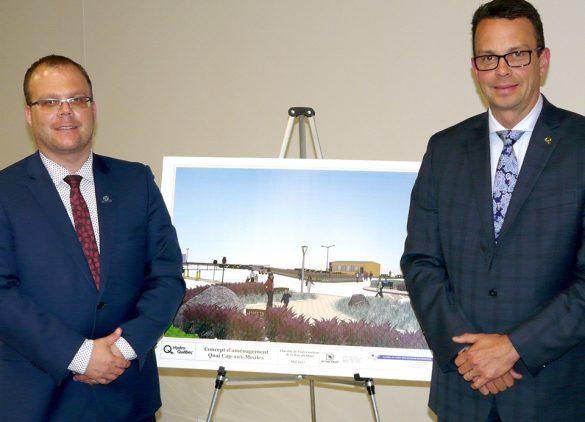 Jonathan Lapierre, maire des Îles, David Murray, président chez Hydro Québec Distribution, présentent le réaménagement proposé sur le site du quai de Cap-aux-Meules.